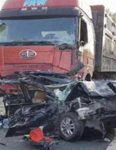 实拍哈大高速连发交通事故 多车相撞车被挤扁